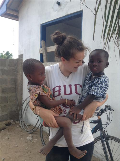 Junior Julia Nijnens with two Ghanaian friends